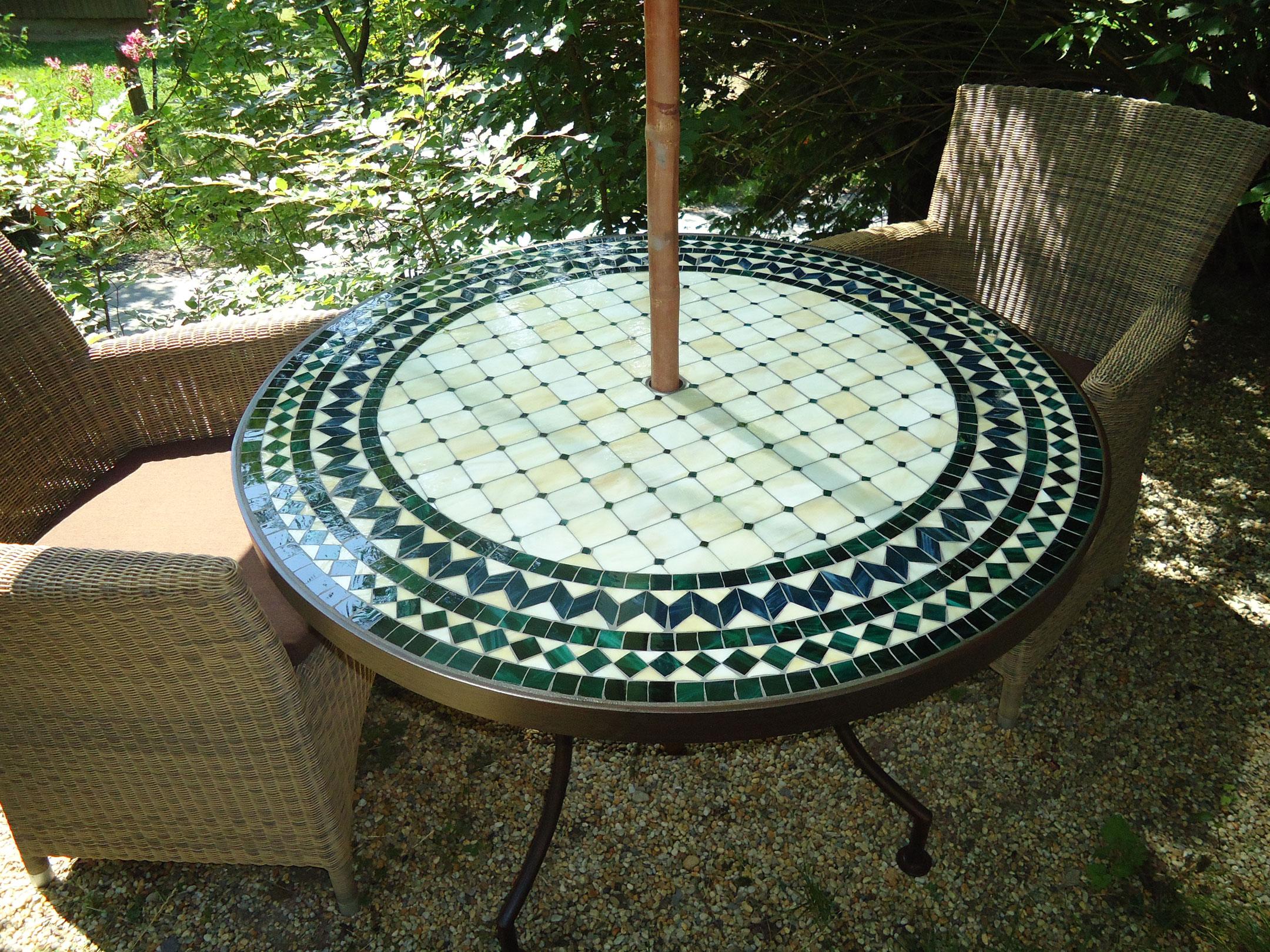 Mosaiktisch mit Schirmaussparung (Nr. 88)